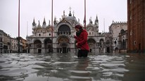 Thủy triều cao nhất trong 50 năm qua 'nhấn chìm' thiên đường Venice