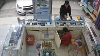 Nam thanh niên đi ô tô vờ mua hàng rồi cướp 3 chiếc iPhone