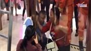 Giải cứu bé trai bị mắc kẹt đầu giữa hai cánh cửa kính