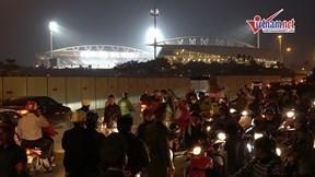 Trước trận Việt Nam -UAE: Kẹt đường vào sân Mỹ Đình, CĐV đi bộ hơn cây số