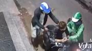 Hai kẻ kề dao vào cổ thanh niên cướp xe máy táo tợn ở Sài Gòn