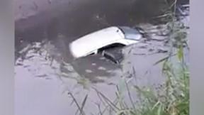 Học lái xe, người phụ nữ đưa cả ô tô và thầy lao xuống mương