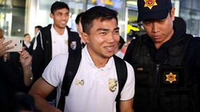 HLV Nishino, 'Messi Thái' Chanathip rạng rỡ tới Hà Nội đợi đấu Việt Nam