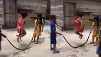 Trẻ em Việt Nam chơi nhảy dây bằng xác rắn thu hút người xem trên báo Anh