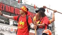 CĐV Việt Nam nhuộm đỏ các tuyến phố trước trận quyết đấu Thái Lan