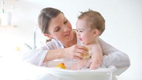 Mách mẹ bí quyết tắm cho trẻ khi thời tiết trở lạnh
