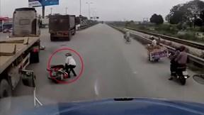 Quốc lộ 5: Sang đường ẩu, người phụ nữ khiến nhiều tài xế hú vía