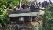 Xe khách lật ngửa bụng dưới sống, 7 người thoát nạn chui ra ngoài