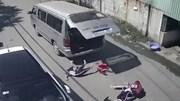 Xe chở học sinh tiểu học vào cua gấp hất văng 3 em xuống đường
