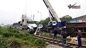 Xe container bị tàu hỏa tông 'đứt đôi' ở Hà Nội