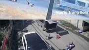 Lại xe đưa rước đánh rơi học sinh giữa đường khi vào cua gấp