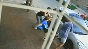 Hành động bất ngờ của cậu bé khi 2 mẹ con bị nhóm cướp tấn công