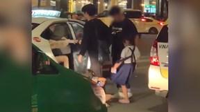 Hai bé gái đánh, đá khách du lịch vì không được cho tiền