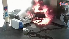 Tài xế say rượu lái ô tô húc đổ trạm xăng cháy dữ dội