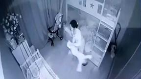 Nghệ An: Bé 1 tuổi bị người giúp việc cầm chân dốc ngược lắc qua lắc lại