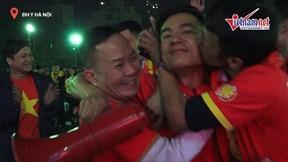 CĐV Việt hò hét khản cổ với 3 bàn thắng liên tiếp của Tiến Linh, Đức Chinh
