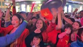 Vạn người ăn mừng 'bàn thắng thứ 5' của Văn Toản, tin VN vô địch SEA Games