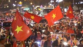 Hàng nghìn CĐV đổ ra đường ăn mừng U22 Việt Nam vào chung kết