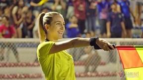 Nữ trọng tài 'gây sốt' trong ngày tuyển nữ VN vô địch SEA Games lần 6