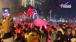Ăn mừng 'xấu xí': Đốt pháo sáng trên bốt điện, hát karaoke giữa lòng đường
