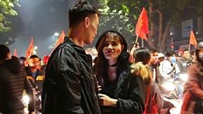 Mừng chiến thắng Vàng, cặp đôi rạng rỡ check in 'nụ hôn trong bão'