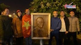 CĐV điêu khắc tranh thầy Park, lặn lội mang ra sân bay tặng