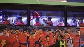 Đoàn xe đón các nhà vô địch SEA Games rời Nội Bài, CĐV hò hét vang trời
