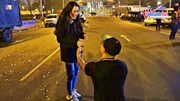 Màn cầu hôn lãng mạn ngay nơi đón các nhà vô địch SEA Games trở về