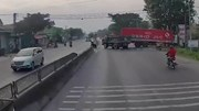Tránh xe tải lớn sang đường, xe tải nhỏ lao lên dải phân cách