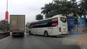 Xe khách nhập làn như 'cướp đường', suýt va chạm với xe tải