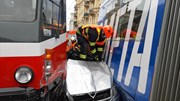 Cố vượt đèn tín hiệu, ô tô con bẹp rúm và bị kẹt giữa 2 xe buýt điện