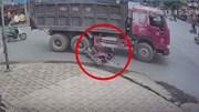 Thiếu quan sát, 2 người phụ nữ đi xe Lead suýt chết dưới gầm xe ben