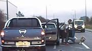 Tài xế xe bán tải đấm đá túi bụi người lái xe phía trước ngay giữa đường