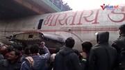 Người dân giải cứu xe tải chở máy bay mắc kẹt dưới gầm cầu