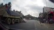 Đi vào điểm mù, xế hộp bị xe tải đâm xoay ngang giữa đường