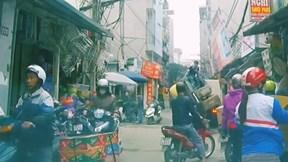 Tự dùng gầu leo lên xe tải, máy xúc 'ngã nhào' giữa đường đông người