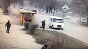 Xe BMW mất lái lao thẳng vào nhà chờ xe buýt rồi bỏ trốn