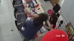 Nữ nhân viên bất ngờ bị người đàn ông bế theo trẻ nhỏ vung tay tát vào mặt