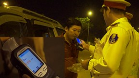 Sợ bị cảnh sát giao thông phạt nặng, chồng say rượu gọi vợ đón về