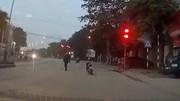 Hành động nhỏ nhưng ấm lòng của người đàn ông đi xe máy