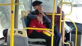 Hình ảnh đẹp của 2 cụ già khiến cộng đồng mạng xúc động