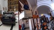 Người đàn ông lái xe đâm vỡ đôi cửa lao thẳng tới thánh đường của nhà thờ