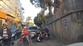 Người phụ nữ mang bầu chở theo con nhỏ ngã trước đầu xe ô tô