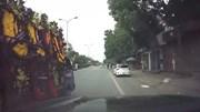Xe tải chở vòng hoa lạng lách, tạt đầu xe con giữa phố Hà Nội