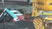 Xe buýt bị 'hố tử thần' nuốt chửng, nhiều người bị thương và mất tích