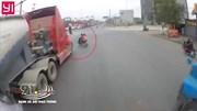 Tài xế container phanh cháy đường tránh xe máy 'ngang nhiên' tạt đầu