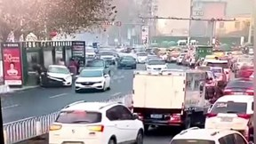 """Ô tô """"điên"""" lao thẳng vào trạm chờ xe buýt khiến 4 người bị thương"""