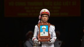Người thân thương tiếc tiễn biệt 3 chiến sĩ hy sinh ở Đồng Tâm