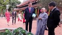 Đại sứ Mỹ được tặng bắp cải khi đi tiễn ông Công ông Táo