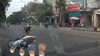 Người phụ nữ giật mình, phanh gấp khiến xe máy trượt dài trên đường